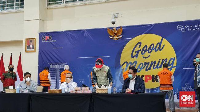 KPK menetapkan Bupati Probolinggo, Puput Tantriana Sari bersama suaminya, Hasan Aminuddin sebagai tersangka kasus dugaan korupsi jual beli jabatan kepala desa.