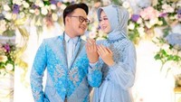 <p>Tampak keduanya serasi mengenakan pakaian bernuansa biru muda. Danang DA mengenakan blazer batik, sementara Hemas Nura mengenakan abaya tulle. (Foto: Instagram The Caramelz via @danang_official91)</p>