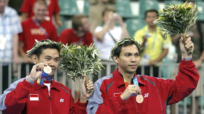 Eng Hian pernah bermain dan melatih untuk negara lain, namun panggilan mengharumkan nama Indonesia tetap jadi tujuan utama.