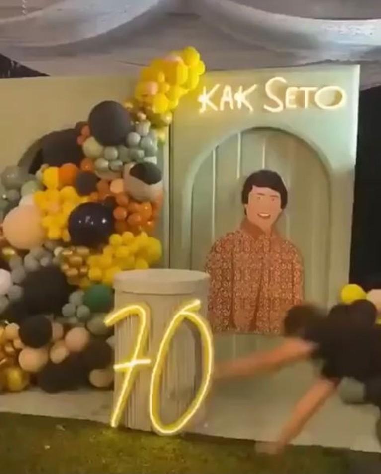 Kak Seto tengah berbahagia karena berulang tahun yang ke-70 dan dirayakan bareng keluarga. Yuk intip momen serunya!