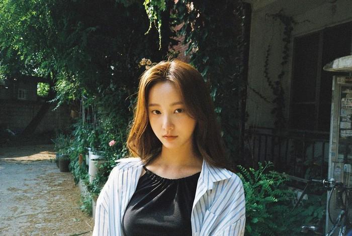 Perempuan cantik dengan nama asli Lee Da Bin ini usianya terpaut 9 tahun dari Lee Min Ho. Pada tanggal 1 Agustus lalu ia genap berusia 25 tahun. Ulang tahunnya tersebut turut dirayakan oleh Lee Min Ho.(Foto: Instagram.com/chloelxxlxx)