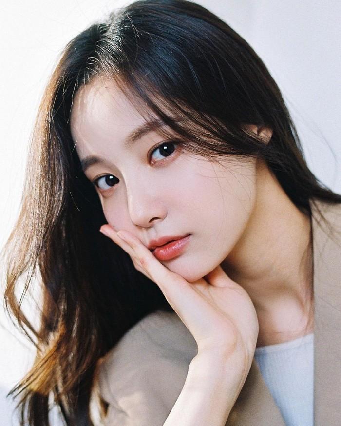Yeonwoo debut sebagai anggota Momoland pada tahun 2016. Nama Yeonwoo sendiri merupakan nama panggung yang mulai digunakan ketika resmi menjadi anggota Momoland.(Foto: Instagram.com/chloelxxlxx)