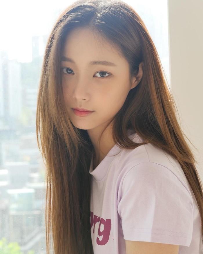 Yeonwoo memutuskan hengkang dari Momoland di akhir tahun 2019. Kini ia fokus untuk bersolo karir. Ia telah membintangi beberapa drama setelah tidak lagi menjadi bagian dari Momoland. (Foto: Instagram.com/chloelxxlxx)