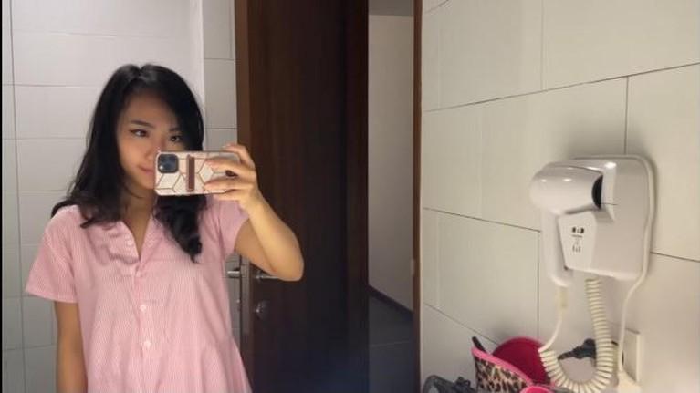 Selesai berkompetisi di Masterchef dan keluar sebagai Runner-Up, Nadya Puteri harus meninggalkan kamar hotel karantinanya. Yuk intip!