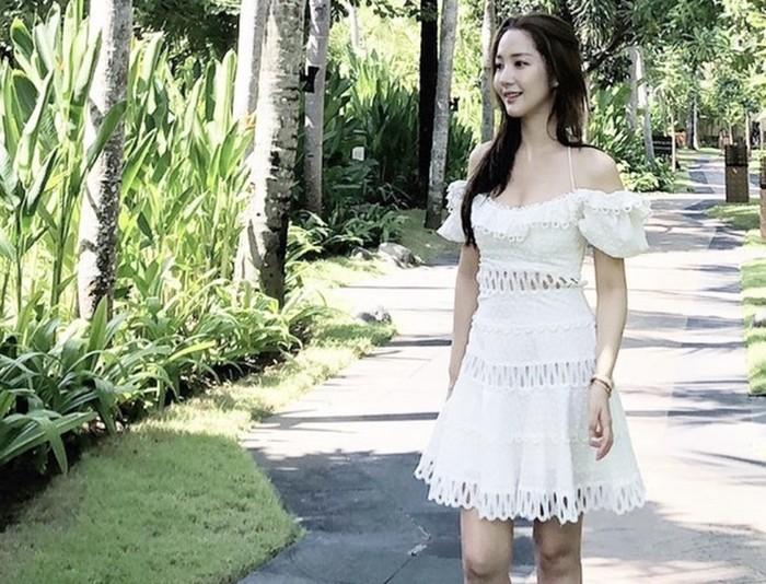 Bikin fans heboh karena tiba-tiba upload foto di Bali, Park Min Young tampil cantik bagai peri. Ia juga menuliskan kalau jatuh cinta dengan Bali melalui caption fotonya. (Foto: Instagram.com/rachel_mypark)
