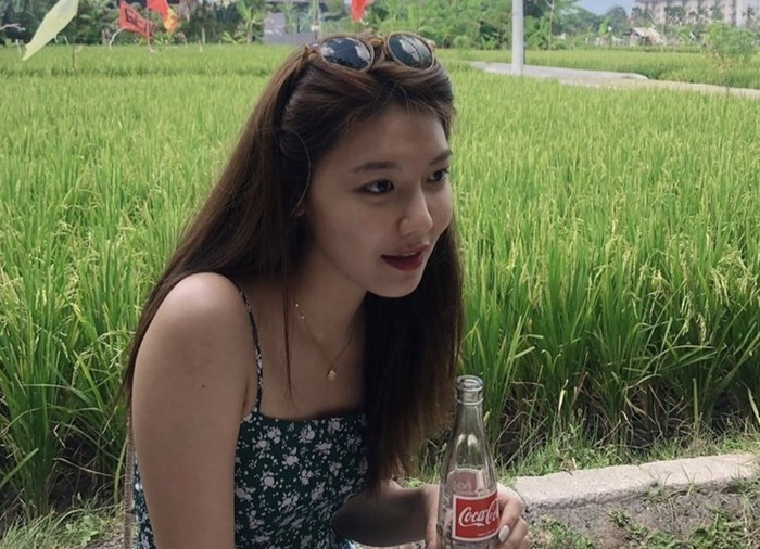 Duduk dipinggir pematang sawah sambil menikmati sebotol minuman soda, Choi Sooyoung tidak hanya berlibur, tapi juga melakukan pemotretan di Bali bersama majalah Grazia pada tahun 2019 lalu. Ia tampil sederhana namun tetap terlihat cantik ya, Beauties. (Foto: Instagram.com/sooyoungchoi)