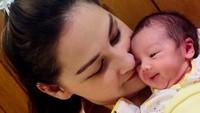 <p>Ya, Balint yang menggemaskan itu terlahir prematur karena ibunda mengidap COVID-19. Dalam kondisi sesak berat, Balint berhasil dilahirkan lewat operasi caesar. (Foto: Instagram @monaratuliu)</p>