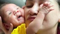 <p>Mona mengaku, mengasuh bayi prematur menjadi pengalaman baru baginya. Tumbuh kembang Balint tak sama dengan bayi lainnya. Balint kecil sempat susah naik berat badan, namun untungnya kini berat badannya perlahan naik. Kita doakan Balint tumbuh sehat ya, Bunda! (Foto: Instagram @monaratuliu)</p>