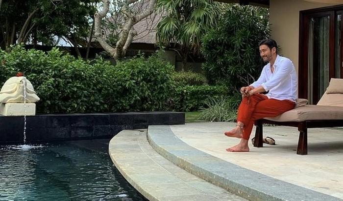 Menjelang konser Super Junior di tanah air beberapa tahun lalu, Siwon sengaja datang ke Indonesia duluan karena ingin berlibur di Bali. Ia terlihat duduk dengan nyaman di penginapannya. (Foto: instagram.com/siwonchoi)