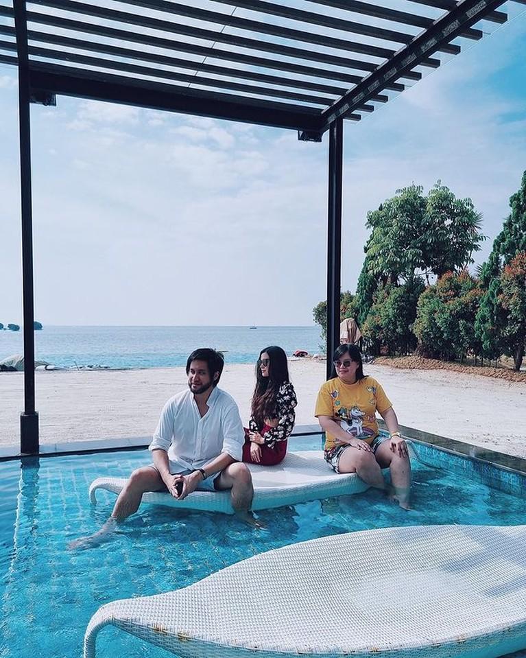 Kevin Aprilio dan Vicy Melanie tengah menikmati liburan di Kepulauan Seribu. Yuk intip momen liburan mereka!