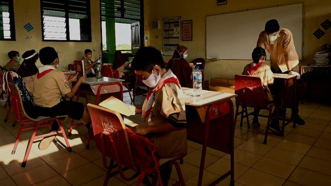 Guru Besar FKM UI mengingatkan pentingnya manajemen kualitas sirkulasi udara ruangan kelas saat pemerintah mengizinkan pembelajaran tatap muka.