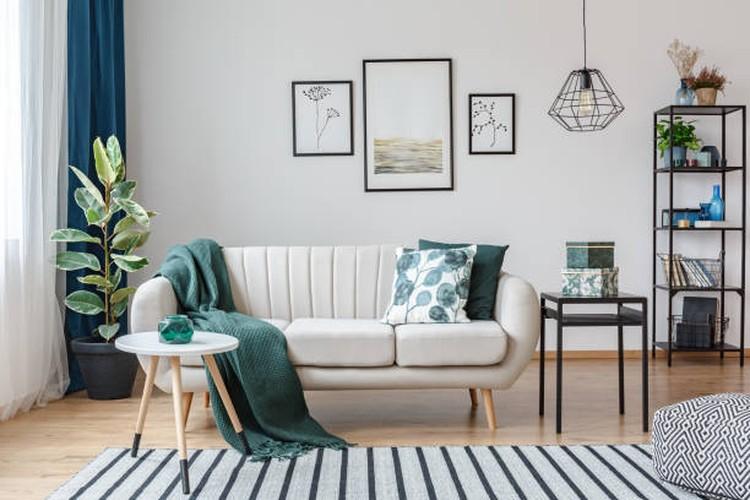 Memberikan sentuhan warna pada ruang tamu minimalis dapat membuatnya lebih berwarna, Bunda. Tertarik untuk mencobanya? Simak yuk, tujuh triknya berikut ini.