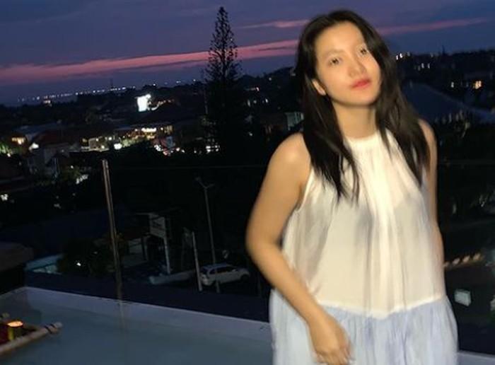 Tidak hanya Seulgi, Yeri Red Velvet juga ikut berlibur ke Bali. Meskipun fotonya blur, Yeri masih terlihat manis dengan latar pemandangan waktu senja di Bali ya, Beauties? (Foto: Instagram.com/redvelvet.smtown)