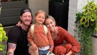 <p>Penyanyi country Tyler Hubbard bersama istri juga mengabadikan foto bersama gadis kecil mereka, Liv Hubbard yang baru masuk sekolah. (Foto: Instagram @hayley_hubbard)</p>