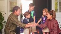 <p>Mantan suami Jessica Simpson, penyanyi dan aktor Nick Lachey juga 'merayakan' momen spesial ini bersama istri tercinta dan ketiga anaknya yang akhirnya kembali masuk sekolah. (Foto: Instagram @vanessalachey)</p>