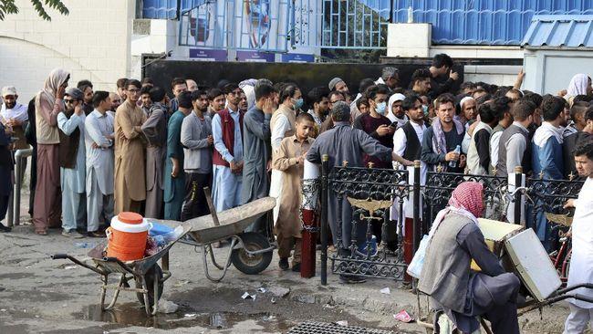 Ratusan mantan diplomat Afghanistan dikabarkan meminta perlindungan hingga suaka ke luar negeri karena khawatir keselamatan mereka terancam oleh Taliban.