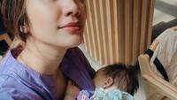 <p>Selanjutnya dari Bunda Acha Sinaga. Ia menceritakan momen menyusui bayinya saat sedang <em>hangout</em> bersama temannya, Bunda. Meski rempong, Acha ungkap bahwa dirinya tak merasa kapok bawa anak keluar rumah. (Foto: Instagram @achasinaga)</p>