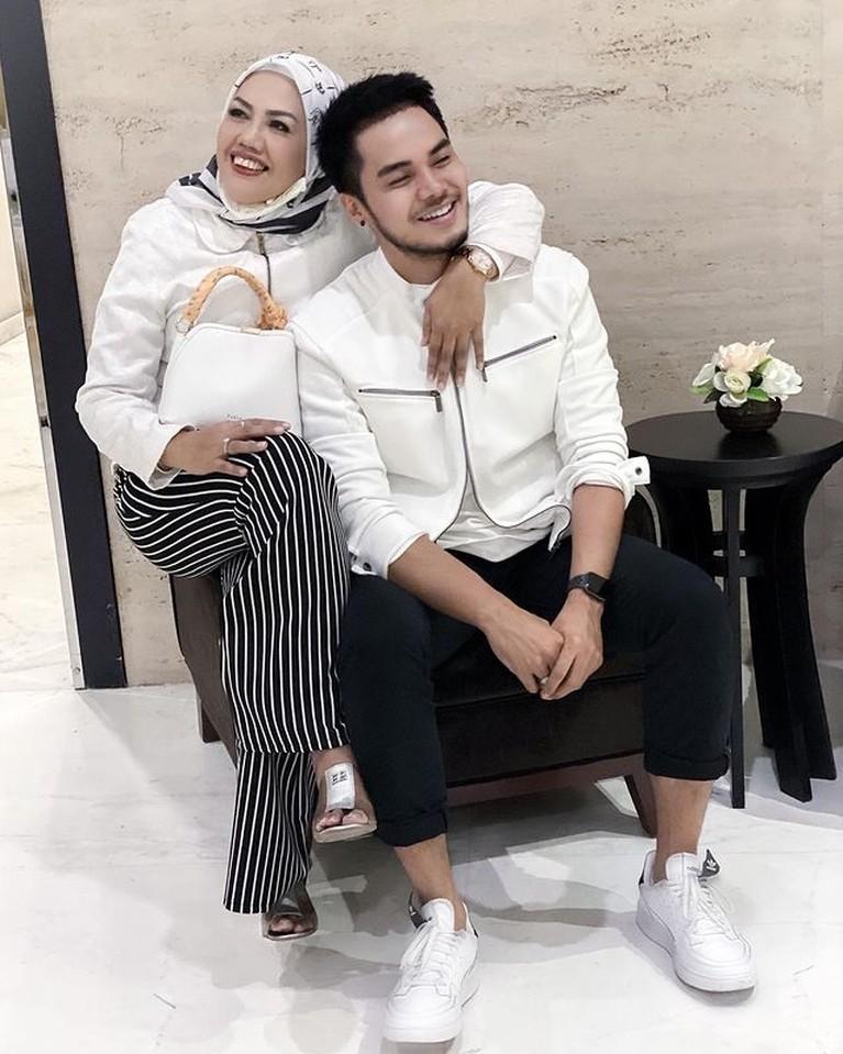 Elly Sugigi menikah dengan Irwan Aher yang lebih muda darinya 15 tahun pada akhir tahun 2020 lalu. Yuk intip potret mereka!