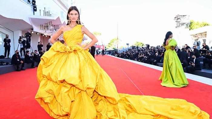 5 Tampilan Terbaik Selebriti di Venice Film Festival 2021! Siapa yang Paling Heboh?