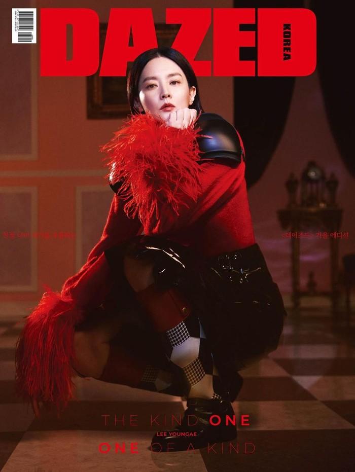 Dalam balutan outfit bernuansa merah dan hitam dari brand Gucci, Lee Young Ae tampil dengan karisma yang lebih kuat. Gaya Lee Young Ae satu ini mengingatkan kita dengan karakter Disney Princess Mulan, ya!/Foto: instagram.com/dazedkorea