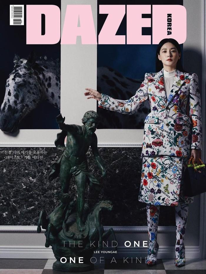 Masih dalam balutan outfit dari Gucci, Lee Young Ae tampak menawan dengan blazer dan rok bermotif floral. Hand bag hitam dengan aksen emas pun melengkapi penampilannya!/Foto: instagram.com/dazedkorea