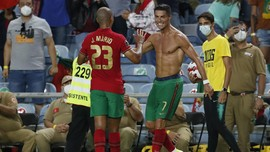 Perut Six Pack Ronaldo Disebut Buat Iri Banyak Orang