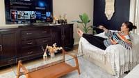 <p>Apabila dilihat sekilas dari penataan dan perabotnya, rumah Tyna Kanna dan Kenang Mirdad ini bergaya modern bohemian, Bunda. (Foto: Instagram @tynakannamirdad)</p>