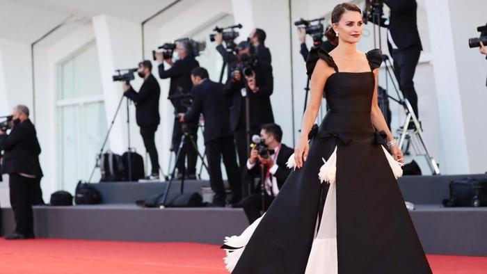3 Fakta Menarik di Balik Gaun Chanel yang Dipakai Penelope Cruz di Venice Film Festival