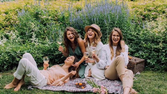 4 Sikap Sepele Ini Justru Bikin Kamu Selalu Dirindukan Teman, Salah Satunya Karena Humoris!