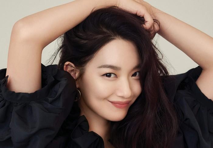Bicara soal first impression masing-masing, Shin Min Ah mengaku kaget ketika bertemu dengan Kim Seon Ho, karena pria tersebut memiliki berbagai keahlian sama seperti karakter Kepala Hong yang Kim Seon Ho perankan/Foto: Elle Korea