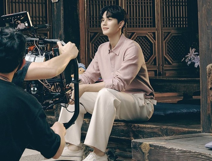 Dengan memberikan petunjuk berupa kata Sweet Home dan Butterfly, para netizen dengan cepat menebak kalau virtual guide baru yang dimaksud oleh Visit Seoul adalah aktor tampan Song Kang!/Foto: Marie Claire