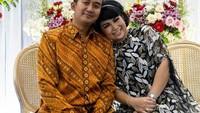 <p>Wanita berusia 41 tahun itu baru saja dilamar oleh sang kekasih, Perwira TNI bernama Cahyo Permono. (Foto: Instagram @yoxforchrist)</p>
