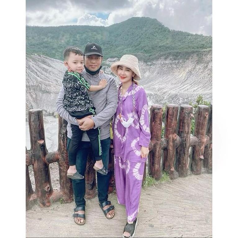 Rumah tangga Uut Permatasari dan sang suami Kapolres Gowa tampak harmonis dan jauh dari isu tak sedap. Yuk intip potret mereka!