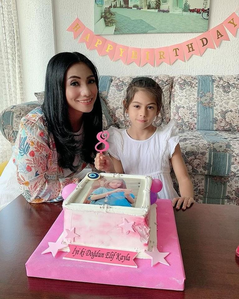 Siti KDI baru saja merayakan ulang tahun putrinya bernama Elif yang ke 8. Yuk intip momennya!