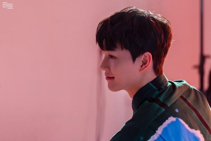 Para penggemar dimanjakan oleh pesona Song Kang mulai dari konsep pacar yang manis, hingga CEO muda yang berkarisma. Potretnya juga mengingatkan para fans dengan sosoknya di drama Nevertheless./Foto: Namoo Actors