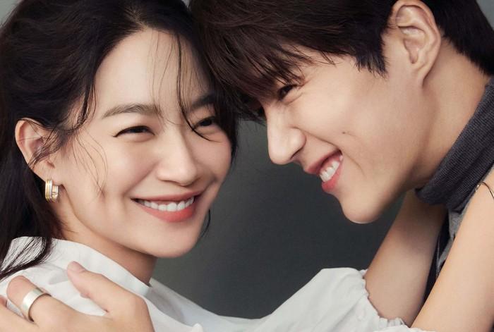 Pasangan yang dijuluki 'Dimple Couple' ini sukses membuat banyak netizen baper, karena foto-foto mesra mereka bak sepasang kekasih sungguhan. Mereka terlihat serasi banget, ya!/Foto: Elle Korea