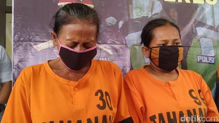 Dua emak-emak menangis ketika rilis kasus pencurian di Polres Blitar. Mereka mengaku terpaksa mencuri susu karena kebutuhan yang mendesak.
