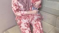 <p>Bahkan Putri Anne juga tampil kompak bersama Ibrahim ketika di rumah aja. Mereka mengenakan busana rumah berwarna dusty pink. (Foto: Instagram @putriannesaloka)</p>