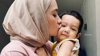 <p>Ibrahim Jalal Ad Din Rumi lahir pada 11 September 2019. Ibrahim sebentar lagi akan berusia dua tahun. Putri Anne begitu mencintai putranya yang menggemaskan. (Foto: Instagram @putriannesaloka)</p>