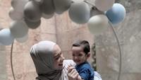 <p>Ibrahim tampak sangat bahagia ketika merayakan pesta bersama Ibunda. Mereka berpose dengan dekorasi balon-balon yang bikin Ibrahim tersenyum lebar. (Foto: Instagram @putriannesaloka)</p>