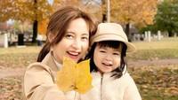 <p>Rica Leyona juga mengajak putri kecilnya pergi ke luar rumah untuk menikmati suasana musim gugur. Mereka berpose di tengah latar dengan dedaunan yang sudah menguning. Putri kecilnya terlihat sangat bahagia, Bunda. (Foto: Instagram @rica_tsuji)</p>