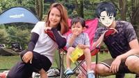 <p>Nah, kalau ini adalah potret Rica Leyona dan suaminya ketika sedang mengajak putri mereka camping. Sang putri tampak bersemangat menikmati suasana outdoor. (Foto: Instagram @rica_tsuji)</p>