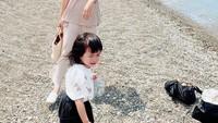 <p>Ayuka Tsuji lahir pada 19 Mei 2018. Kini tumbuh besar, Rica Leyona sering mengajak putri kecilnya pergi jalan-jalan menikmati keindahan Negeri Sakura. Tengok saja potret mereka ketika berada di pantai. (Foto: Instagram @rica_tsuji)</p>