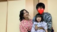 <p>Kebahagiaan Rica Leyona tak menghilang meski berhenti dari dunia hiburan. Kini ia hidup bahagia di Jepang usai menikah dengan fansnya yang bernama Kunihiko Tsuji di 2016. Mereka telah dikaruniai seorang putri bernama Ayuka Tsuji. (Foto: Instagram @rica_tsuji)</p>
