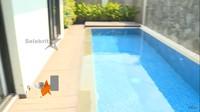 <p>Di rumah ini juga terdapat kolam berenang. Katanya, ini merupakan spot favorit sang suami, Indra Wiguna Tjipto. (Foto: YouTube: Selebrita Siang Trans7)</p>