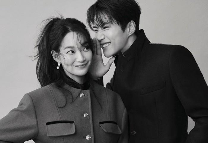 Shin Min Ah dan Kim Seon Ho banyak mengambil pose gemas, yang membuat netizen lupa kalau Shin Min Ah merupakan kekasih dari aktor Kim Woo Bin di kehidupan nyata/Fto: Elle Korea