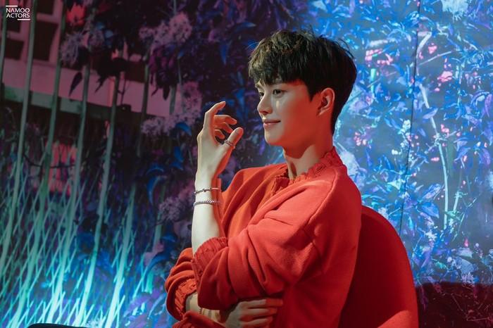 Tahun ini, Song Kang sukses membintangi sejumlah drama populer seperti Love Alarm 2, Sweet Home, Navillera, dan Nevertheless. Perannya di setiap drama tersebut memiliki karakter yang berbeda-beda, namun ia berhasil mendalaminya!/Foto: Namoo Actors
