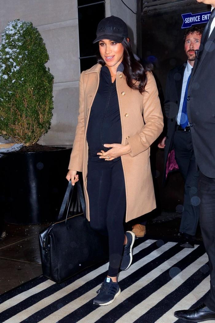 Tidak hanya berpenampilan dengan dress saja, Meghan juga sempat terlihat menggunakan setelan kasual yang dilengkapi dengan coat berwarna coklat muda saat tengah berada di New York. (Foto: harpersbazaar.com)