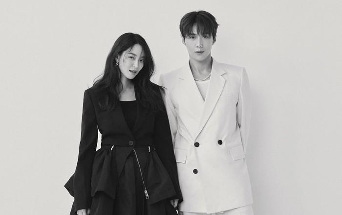 Tidak hanya terlihat seperti kekasih sungguhan, banyak pula yang menilai kecocokan kedua pasangan dalam drama Hometown Cha Cha Cha ini terlihat seperti kakak-adik. Menurut kamu gimana, Beauties?/Foto: Elle Korea