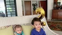 <p>Rumah tersebut menjadi tempat dibesarkannya anak-anak Whulandary, yaitu Nik Zayn dan Nik Siti Amilie. Tengok potret mereka ketika sedang bersantai di rumah, Bunda. (Foto: Instagram @whulandary)</p>